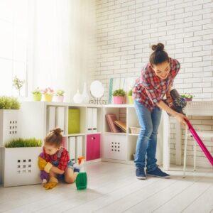 Il faut apprendre à vos enfants à vous aider à la maison ! Voici ce qu'ils doivent faire selon leur âge